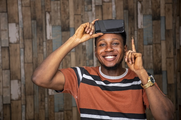 Afrykański mężczyzna trzyma telefon komórkowy