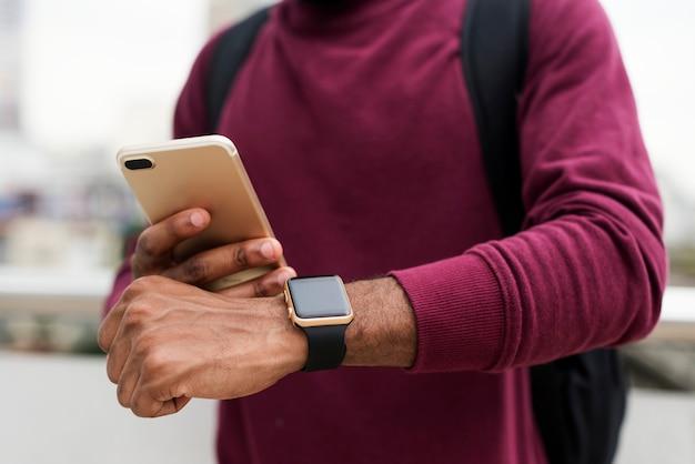 Afrykański mężczyzna używa telefon komórkowego