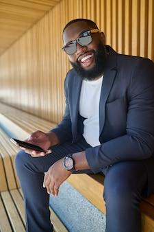 Afrykański mężczyzna. zdjęcie przedstawiające afroamerykanina w okularach przeciwsłonecznych