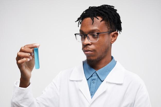 Afrykański naukowiec na białym tle