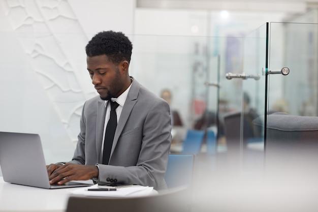 Afrykański pracownik biurowy