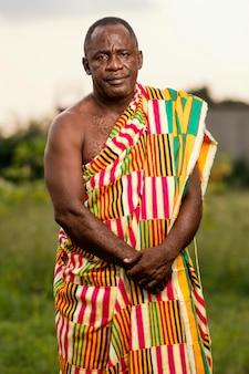 Afrykański starszy mężczyzna w tradycyjne stroje