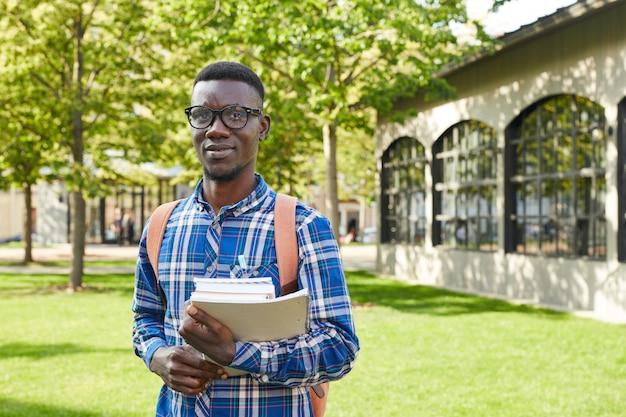 Afrykański student collegu pozuje outdoors