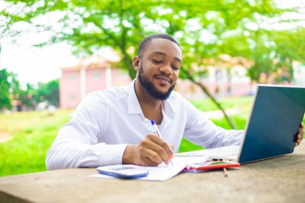 Afrykański student kopiujący swoje zadanie z internetu