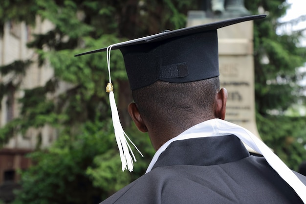 Afrykański student w postaci absolwenta uniwersytetu zza zbliżenie