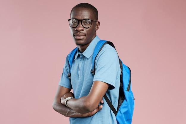 Afrykański student z plecakiem