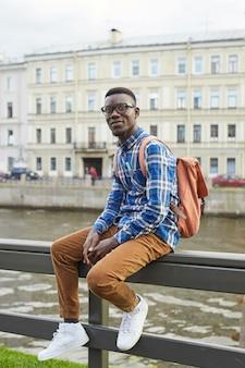 Afrykański uczeń pozuje w mieście