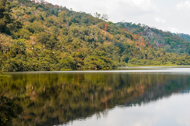 Afrykański widok przyrody z górami i jeziorem