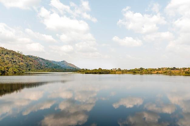 Afrykański widok przyrody z jeziorem i górami