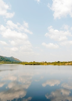 Afrykański widok przyrody z jeziorem