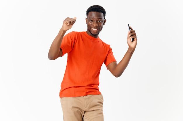 Afrykański wygląd człowieka z grzebieniem w rękach fryzjera pielęgnacji włosów. zdjęcie wysokiej jakości