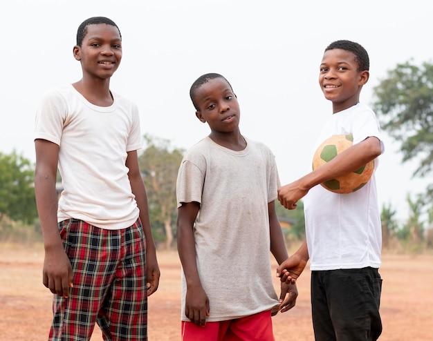Afrykańskie dzieci z piłką nożną