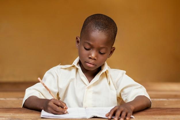 Afrykańskie dziecko uczące się w klasie