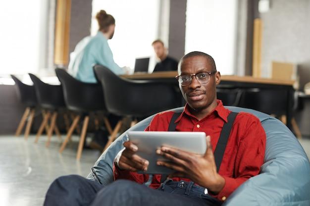 Afrykańsko-amerykański biznesmen wylegiwać się w biurze