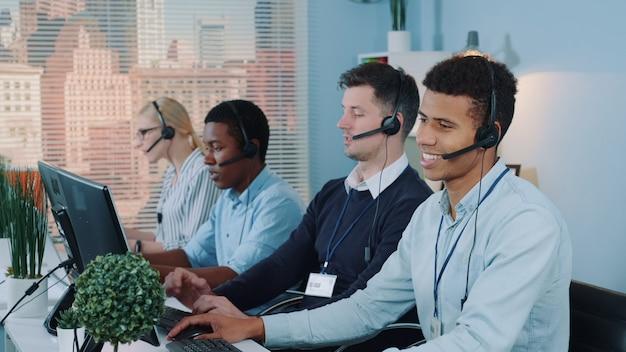 Agenci call center rozmawiają z klientami i używają zestawu słuchawkowego