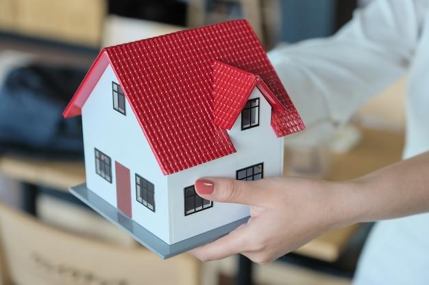 Agenci nieruchomości oddają domy klientom. koncepcje nieruchomości i gruntów.