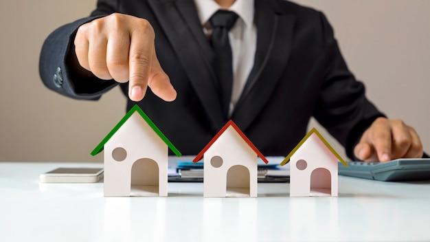 Agenci nieruchomości oferują energooszczędne modele domów z zielonym dachem;
