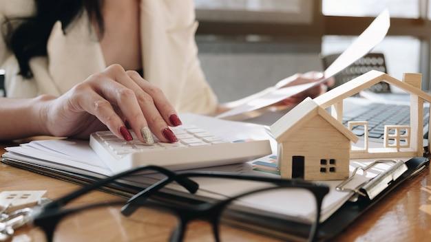 Agenci pracujący przy podpisywaniu umów dotyczących nieruchomości, zgodnie z ubezpieczeniem zakupu domu.