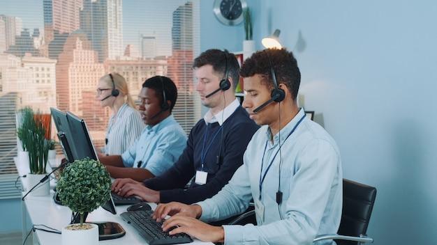 Agenci rozmawiają z klientami w zestawie słuchawkowym.