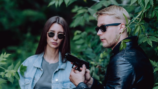Agenci specjalni uzbrojeni w pistolety