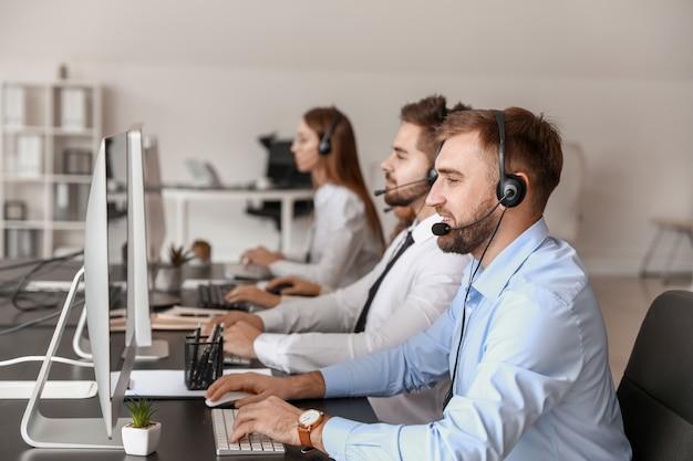 Agenci wsparcia technicznego pracujący w biurze