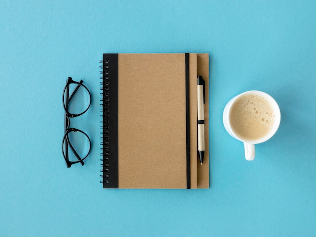 Agenda i filiżanka kawy
