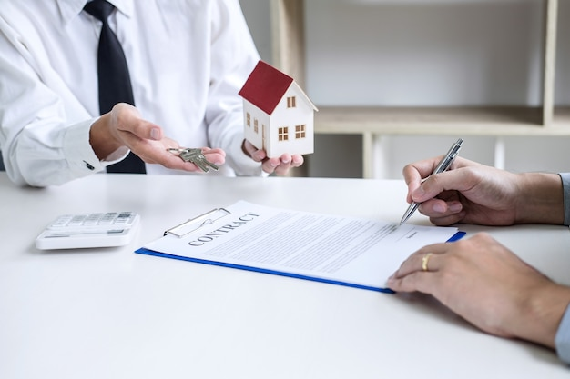 Agent brokerski przedstawia i konsultuje się z klientem w sprawie podpisania umowy ubezpieczenia