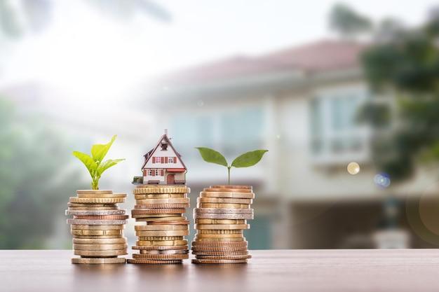 Agent domu z koncepcją monety stos pieniędzy dla twojej firmy inwestycyjnej.