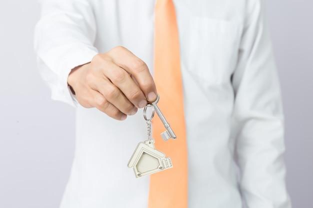 Agent nieruchomości dający klucze do domu,