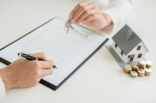 Agent nieruchomości i umowa podpisu z klientem na zakup nieruchomości mieszkaniowych, ubezpieczeniowych lub pożyczkowych.