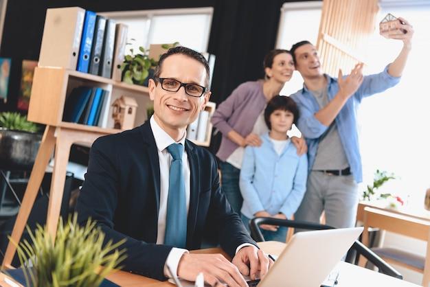 Agent nieruchomości i zadowoleni klienci rodzinni
