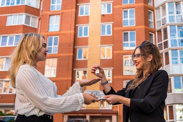 Agent nieruchomości prezentuje nowy dom nowemu właścicielowi. koncepcja sprzedaży