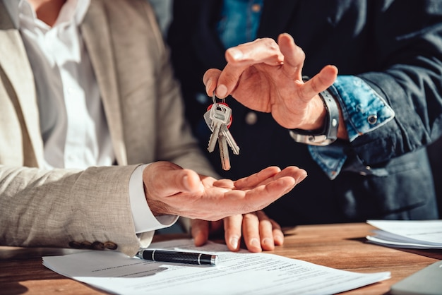 Agent nieruchomości przekazuje klientowi klucze do mieszkania