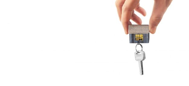 Agent nieruchomości przekazuje klucze do domu w ręku
