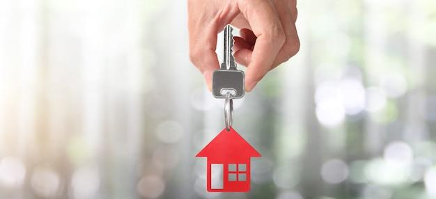 Agent nieruchomości wręcza klucze do domu i monety
