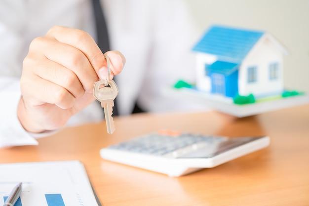 Agent nieruchomości z kluczami