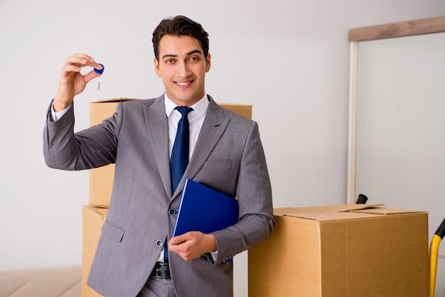 Agent nieruchomości z kluczem z nowego domu