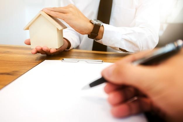 Agent nieruchomości z podpisem umowy klienta i analiza wyceny