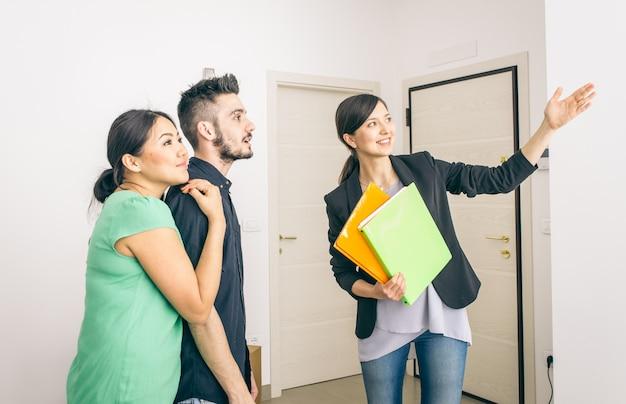 Agent nieruchomości zamyka umowę