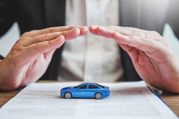 Agent ochrony sprzedaży ubezpieczenie samochodu i szkody kolizji