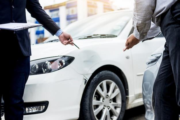 Agent rozpatrujący zgłoszenie wypadku samochodowego jest oceniany i przetwarzany
