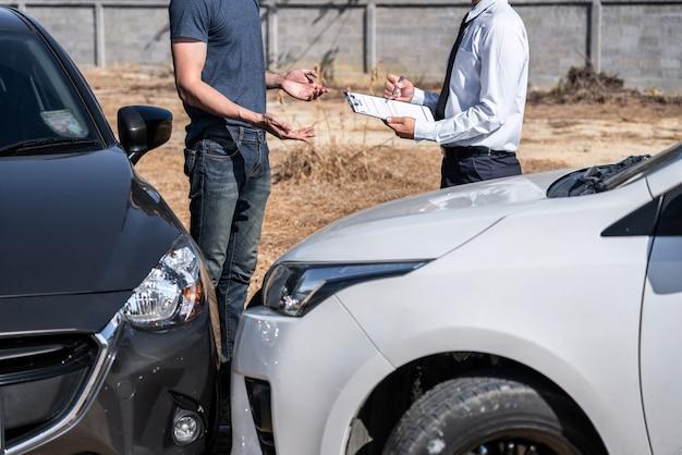 Agent ubezpieczeniowy i klient ocenili negocjacje, sprawdzenie i podpisanie formularza zgłoszenia roszczenia
