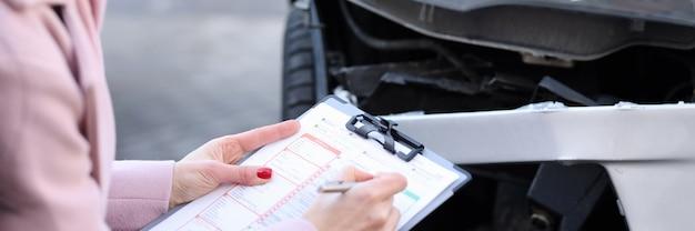 Agent ubezpieczeniowy opisuje szkodę w pojeździe mechanicznym odszkodowanie z tytułu roszczeń ubezpieczeniowych po samochodzie