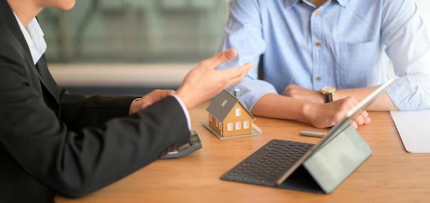 Agent ubezpieczeniowy poleca pakiety ubezpieczeń nieruchomości klientom posiadającym model tabletu i domu