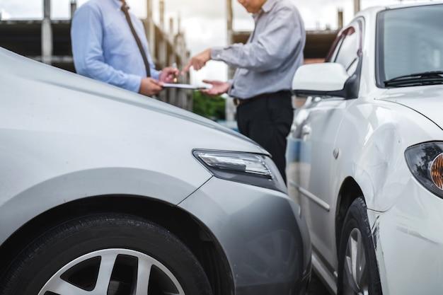 Agent ubezpieczeniowy pracujący na formularzu sprawozdawczym z procesem roszczeń o wypadki samochodowe