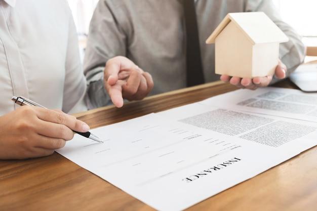 Agent ubezpieczeniowy wyjaśnia, w jaki sposób konsultować się z klientem w celu podpisania formularza polisy.