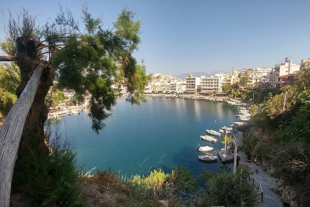 Agios nikolaos. kreta, grecja. widok na jezioro i zacumowane jachty