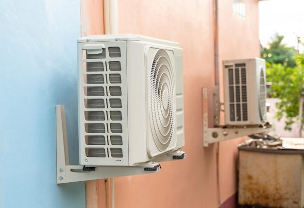 Agregat skraplający systemów klimatyzacyjnych. agregat skraplający zainstalowany na ścianie.