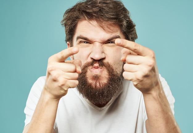 Agresja stresuje mężczyznę z brodą, oburzającym spojrzeniem emocji pięścią