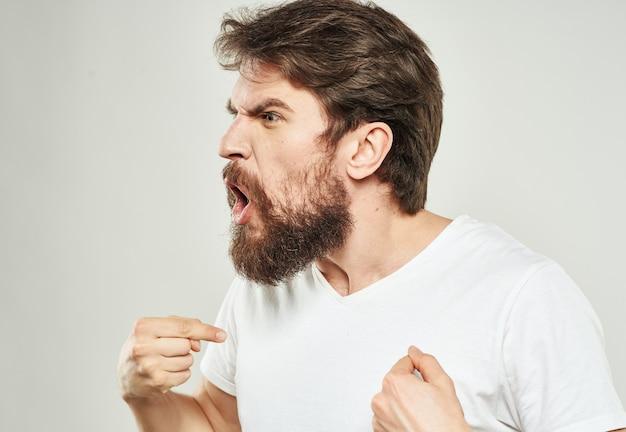 Agresywni mężczyźni oburzają się ze stresu, krzyczą krzaczastą brodą